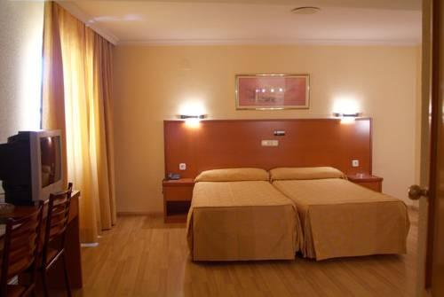 habitación de hotel doble con dos camas